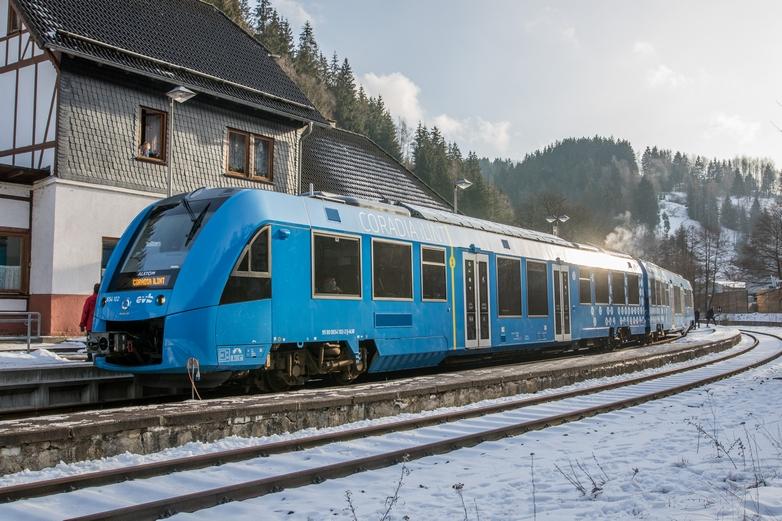 L'hydrogène intéresse fortement l'Union européenne pour sa stratégie visant à développer des transports durables. Ici le premier train à hydrogène, produit par Alstom, présenté à Katzhütte en Allemagne en février 2019 - Crédits : kmn-network / iStock