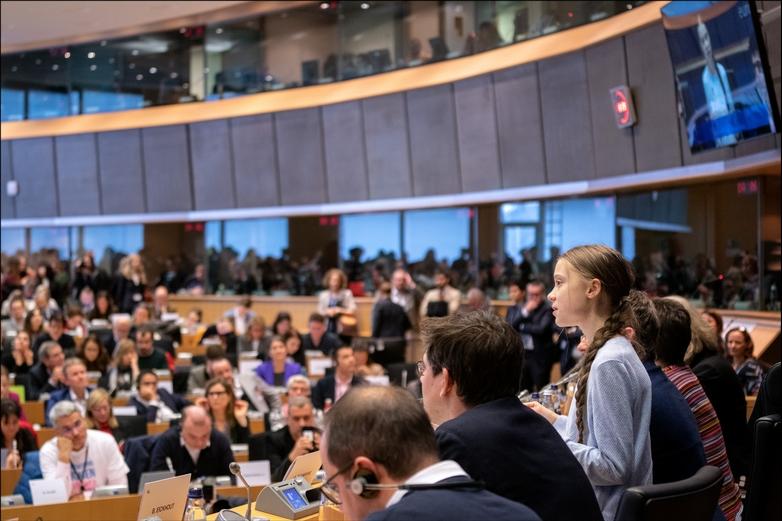 La société civile exerce une influence conséquente sur les décisions européennes. Ici, l'activiste climatique suédoise Greta Thunberg en visite au Parlement européen, le 4 mars 2020 - Crédits : Pietro Naj-Oleari / Flickr Parlement européen CC BY 2.0