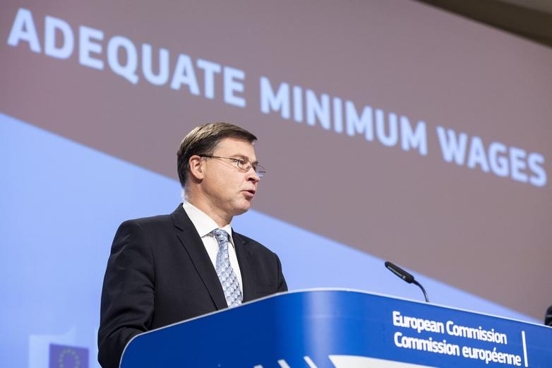 Le vice-président exécutif de la Commission européenne en charge de l'économie, Valdis Dombrovskis, présente une proposition de directive visant à favoriser des salaires minimums adéquats dans les Etats membres de l'Union européenne, le 28 octobre 2020 - Crédits : Lukasz Kobus / Commission européenne