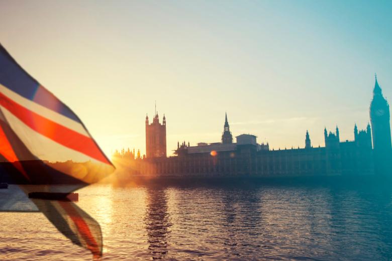 L'Union Jack flotte devant le palais de Westminster, Londres, Royaume-Uni