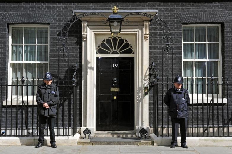 Derrière les portes du 10 Downing Street, le gouvernement britannique revoit sa stratégie pour le Brexit - Crédits : oversnap / iStock