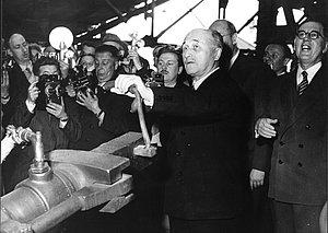 Jean Monnet fabrique le premier lingot d'acier, 1953