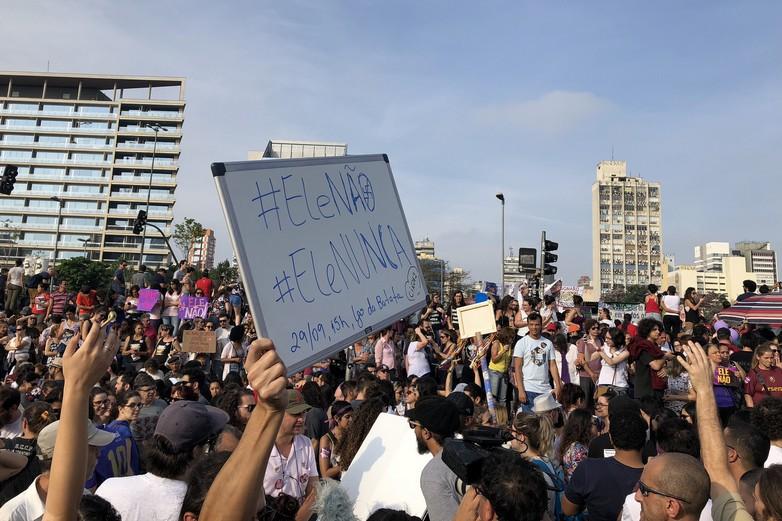 Lui non, lui jamais. Le 29 septembre, à São Paulo, des manifestants ont marqué leur opposition aux idées de Jair Bolsonaro, pourtant soutenu par les milieux d'affaires de la ville - Crédits : Mark Hillary / Flickr