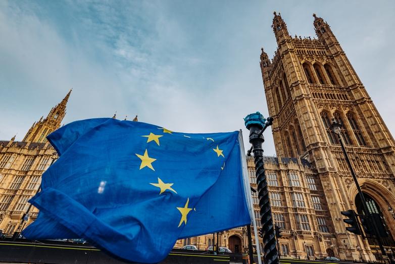 Drapeau de l'Union européenne près du Parlement britannique - Crédits : Drazen_ / iStock