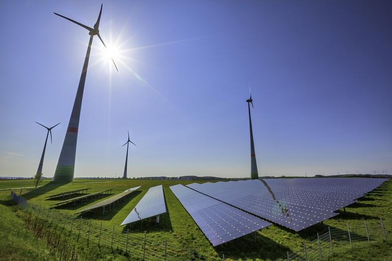 Énergies renouvelables : éoliennes et panneaux solaires