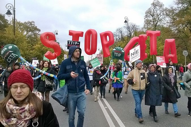 Manifestation à Varsovie contre le CETA en octobre 2016 - Crédits : Wikimedia Commons