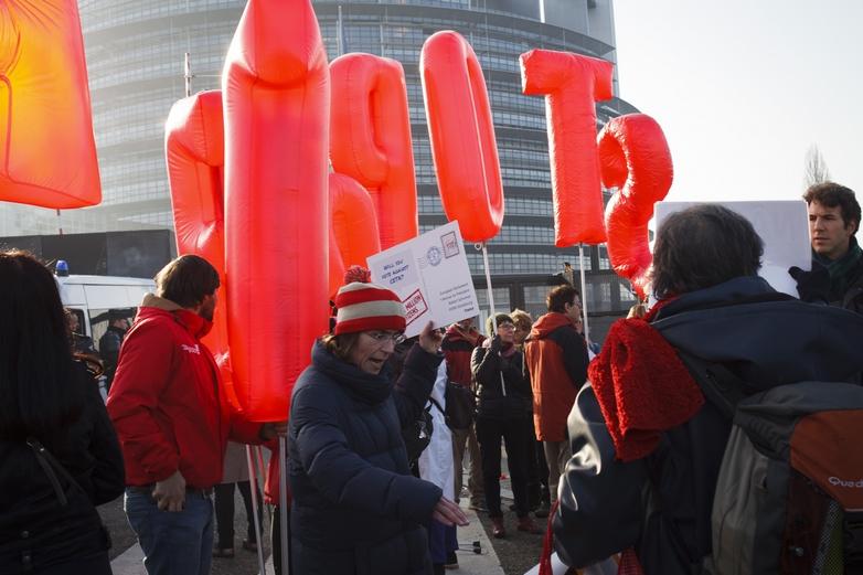 Manifestation contre le CETA le 15 février 2017 devant le Parlement européen à Strasbourg - Crédits :  Stop TTIP /Flickr CC BY-SA 2.0