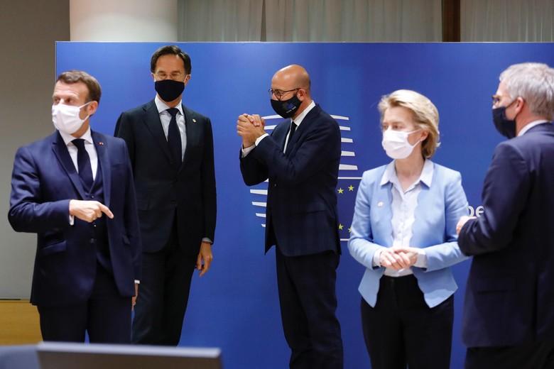 Le président français Emmanuel Macron, le Premier ministre néerlandais Mark Rutte, le président du Conseil européen Charles Michel et la présidente de la Commission Ursula von der Leyen le 21 juillet, au terme de quatre jours de négociations marathon - Crédits : Union européenne