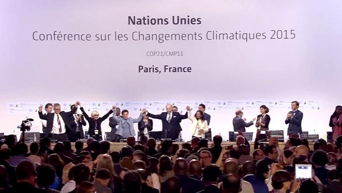 De gauche à droite : l'ambassadrice française Laurence Tubiana, la responsable climat de l'ONU Christiana Figueres et le président de la COP21 Laurent Fabius, à Paris le 12 décembre 2015