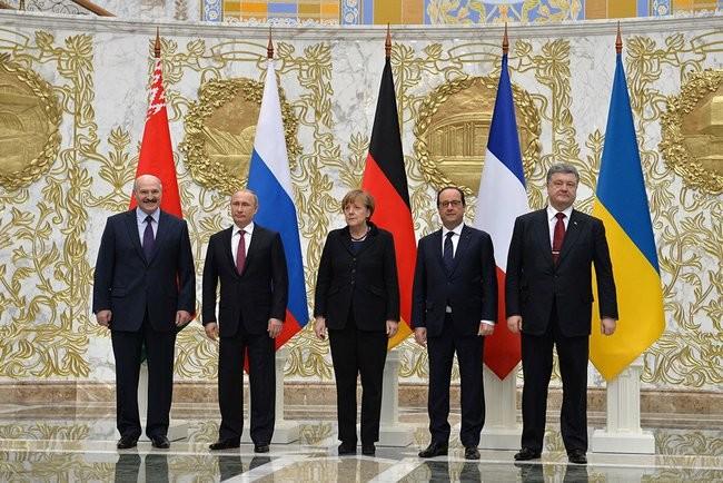 De gauche à droite : Alexandre Loukachenko (Biélorussie), Vladimir Poutine, Angela Merkel, François Hollande et Petro Porochenko, le 11 février 2015 à Minsk