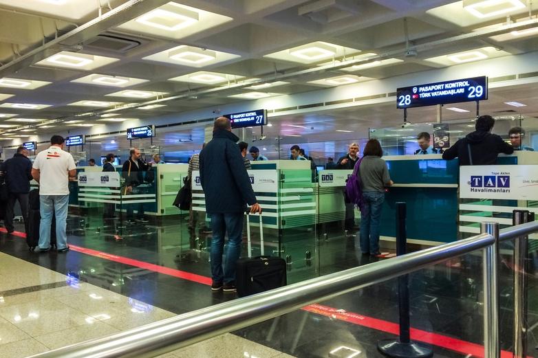 Dès le 1er juillet, les ressortissants de plusieurs pays tiers pourront de nouveau circuler vers l'espace Schengen, à condition que leur pays remplisse certains critères sanitaires. Ici, l'aéroport Atatürk d'Istanbul, en Turquie - Crédits : iStock