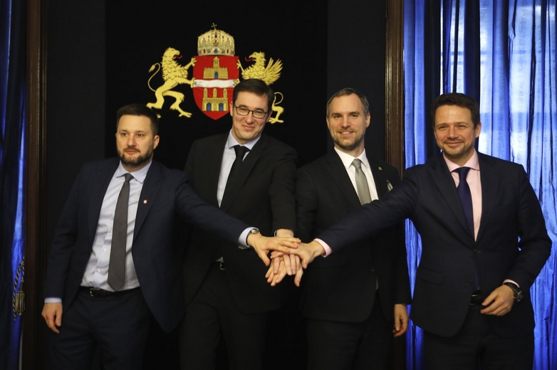 Les maires de Bratislava, Budapest, Prague et Varsovie (de gauche à droite) étaient réunis dans la capitale hongroise lundi 16 décembre pour célébrer leur alliance - Crédits : @karacsonygergely / facebook