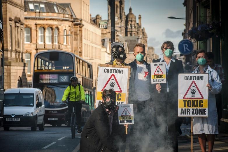 Activistes réclamant des mesures pour améliorer la qualité de l'air à Edimbourg (Ecosse)