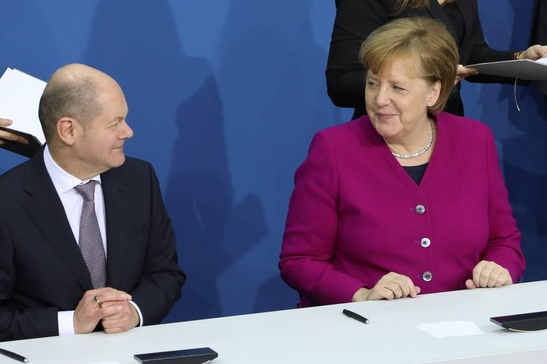 L'accord de coalition, signé ici entre Olaf Scholz (SPD) et Angela Merkel (CDU) le 12 mars 2018, devrait résister au changement de cap du SPD - Crédits : Sandro Halank / Wikimedia Commons CC BY-SA 3.0