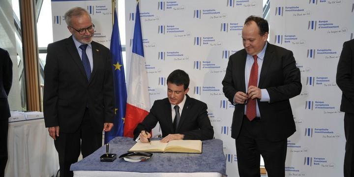Manuel Valls entouré de Werner Hoyer et Ambroise Fayolle