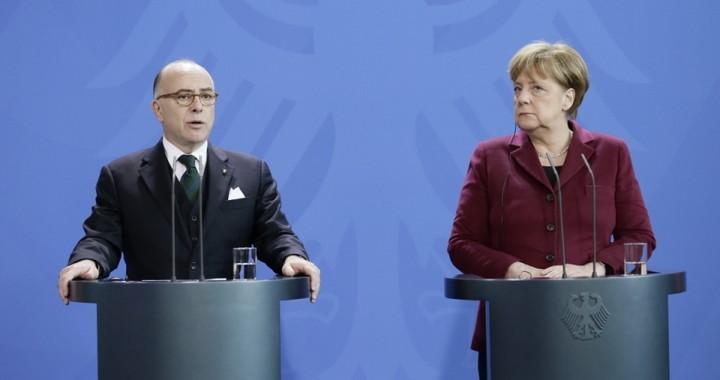 Bernard Cazeneuve aux côtés d'Angela Merkel, le 14 février 2017 à Berlin