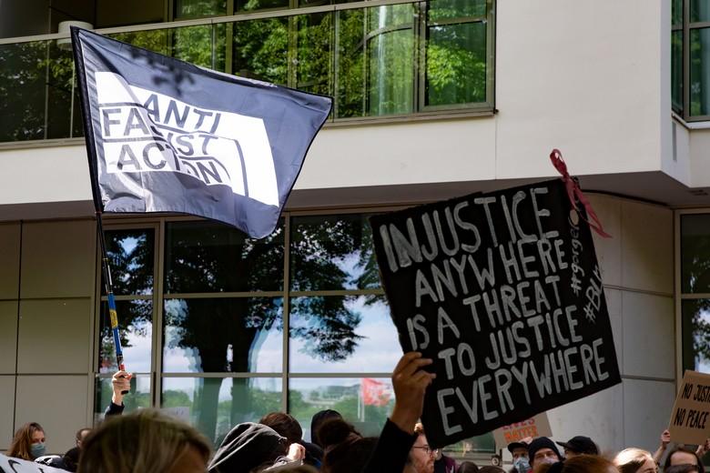 Des manifestants antiracistes arpentent les rues de Hambourg, en Allemagne - Crédits : Rsande Tyskar / Flickr