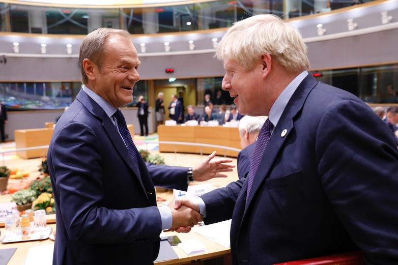 Le Premier ministre britannique Boris Johnson salue le président du Conseil européen Donald Tusk, à son arrivée au sommet, le 17 octobre à Bruxelles - Crédits : Dario Pignatelli / Conseil européen