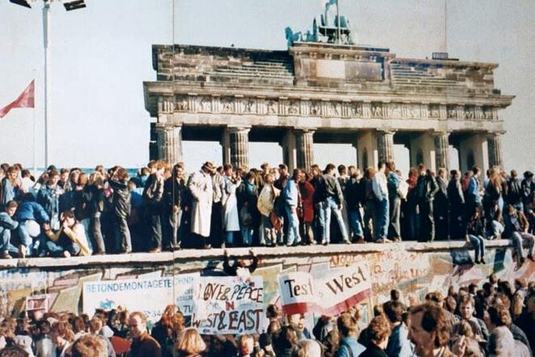 La foule escalade le mur de Berlin devant la porte de Brandenburg en 1989 - Crédits : Lear 21 / Wikimedia Commons CC BY-SA 3.0