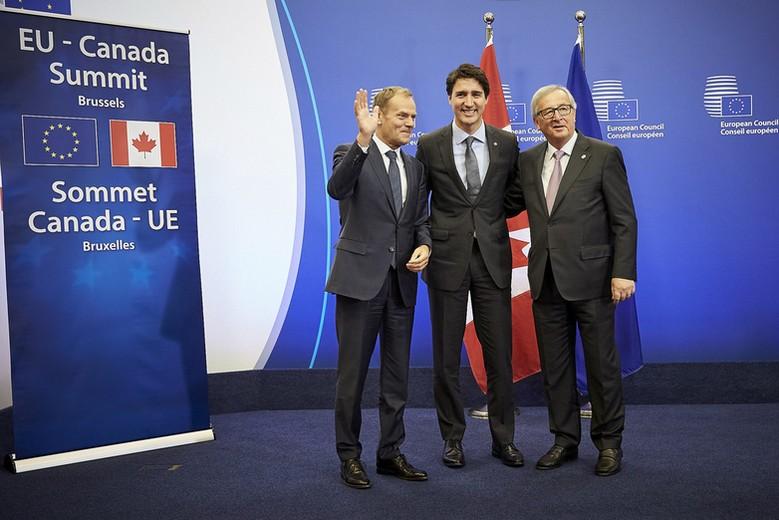 De gauche à droite, Donald Tusk, Justin Trudeau et Jean-Claude Juncker au sommet UE-Canada en octobre 2016