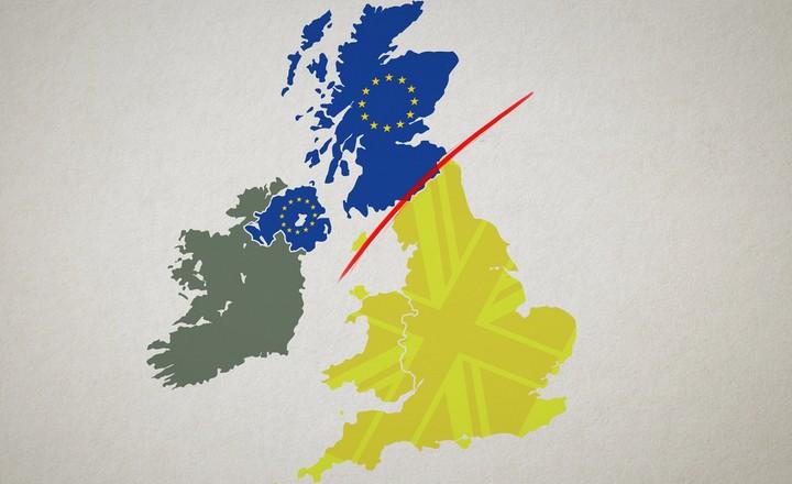 Carte du Royaume-Uni et de l'Irlande : en bleu, l'Ecosse et l'Irlande du Nord qui ont voté contre le Brexit. En jaune, l'Angleterre et le pays de Galles qui ont voté pour.