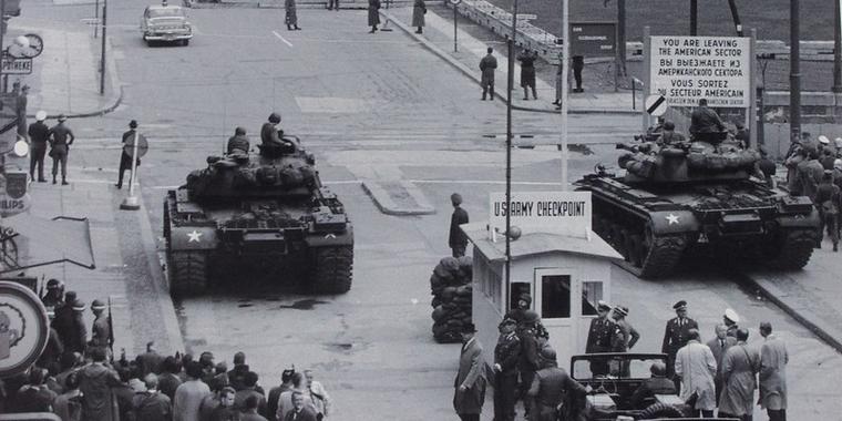 Les chars américains, alignés face aux chars soviétiques à Checkpoint Charlie en 1961 - Crédits : Flickr Wilhelm Rosenkranz CC BY 2.0