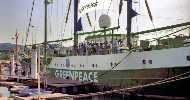 Navire de Greenpeace amarré à Rio en 1992 lors du Sommet de la Terre - Crédits : Henrique Oscar Loeffler