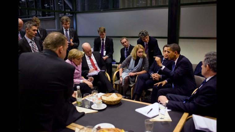 Discussions de dirigeants, dont (de gauche à droite) Angela Merkel, Hillary Clinton, Nicolas Sarkozy, Barack Obama et Gordon Brown, lors de la COP15 - Crédits : Pete Souza, Maison blanche