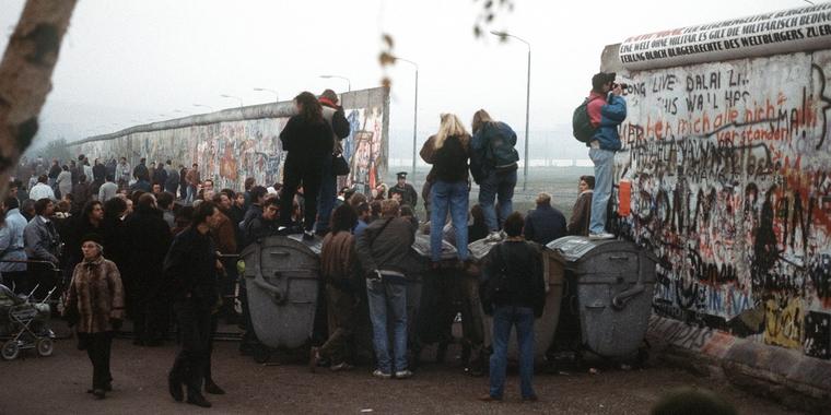 Des citoyens ouest-allemands se réunissent sur une brèche dans le mur de Berlin, sur la Potsdamer Platz en novembre 1989 - Crédits : US Department of Defense