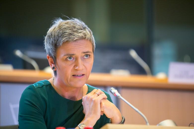 La danoise Margrethe Vestager, commissaire européenne à la Concurrence depuis 2014, est également en charge depuis 2019 de la transition numérique. Elle s'est en particulier illustrée dans ses bras de fer face aux pratiques anti-concurrentielles des géants du numérique, comme Google - Crédits : Parlement européen