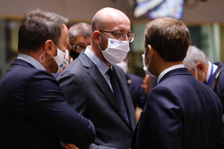 A Bruxelles, le président du Conseil européen Charles Michel discute avec le président français Emmanuel Macron et le Premier ministre luxembourgeois Xavier Bettel - Crédits : Conseil européen