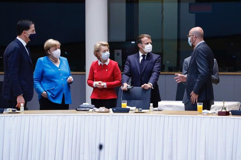 Les dirigeants néerlandais, allemand et français discutent avec Charles Michel et Ursula von der Leyen le 18 juillet lors la deuxième journée du Conseil européen marathon qui se tient à Bruxelles - Crédits : Union européenne