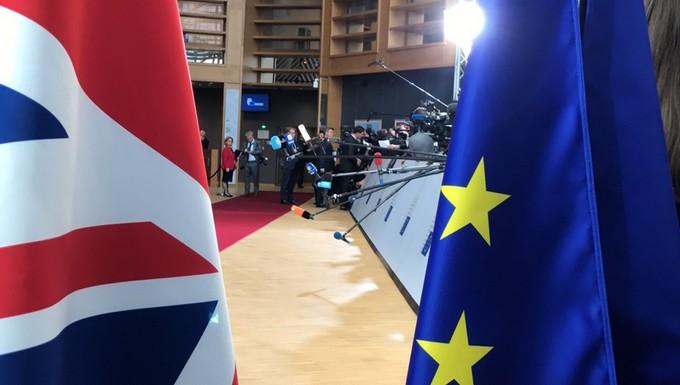 Drapeaux britannique et européen lors du sommet européen du 29 avril 2017