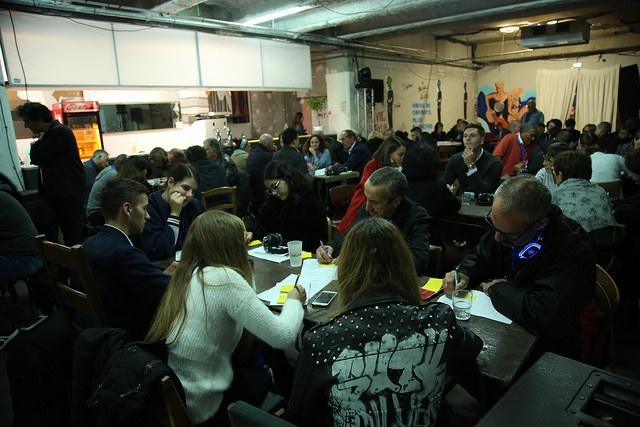 Les 52 citoyens travaillent en petits groupes sur l'élaboration des propositions