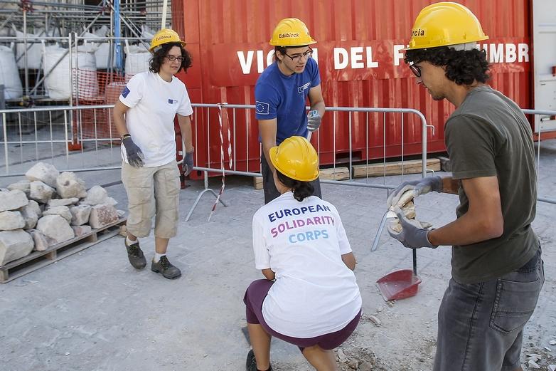 Ce groupe de volontaires, issus des premiers jeunes ayant participé au Corps européen de solidarité, a contribué à la reconstruction de la Basilique Saint-Benoît à Norcia, en Italie, après le tremblement de terre de 2016 - Crédits : Fabio Frustaci / Commission européenne