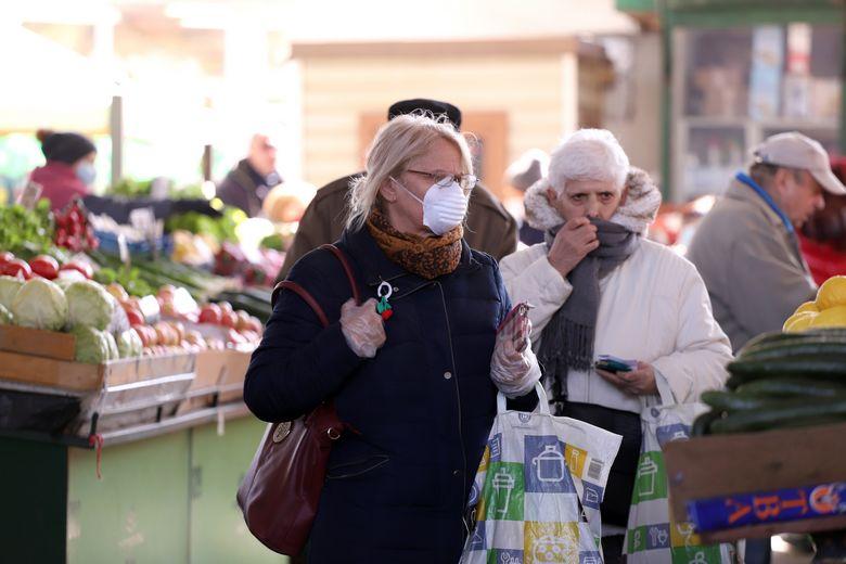 Bien que les commerces rouvrent progressivement dans la plupart des pays européens, les mesures de distanciation sociale et de protection demeurent de rigueur / Crédits : istockphoto - Radila Radilova