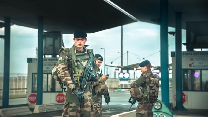 Soldats européens postés à une frontière