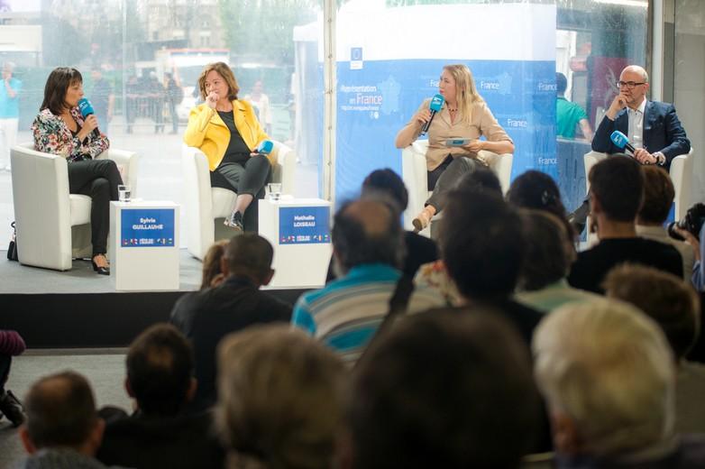 De gauche à droite : Sylvie Guillaume, vice-présidente du Parlement européen, Nathalie Loiseau, ministre des Affaires européennes, Caroline de Camaret, journaliste à France 24 et Pierre Moscovici, commissaire européen
