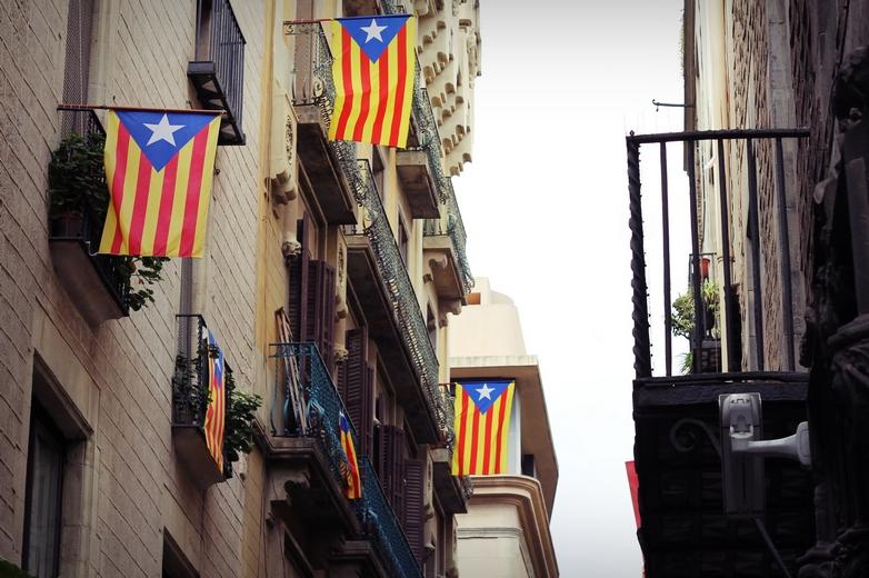 Drapeaux catalans de soutien à l'indépendance de la région, dans les rues de Barcelone - Crédits : weiXx / iStock