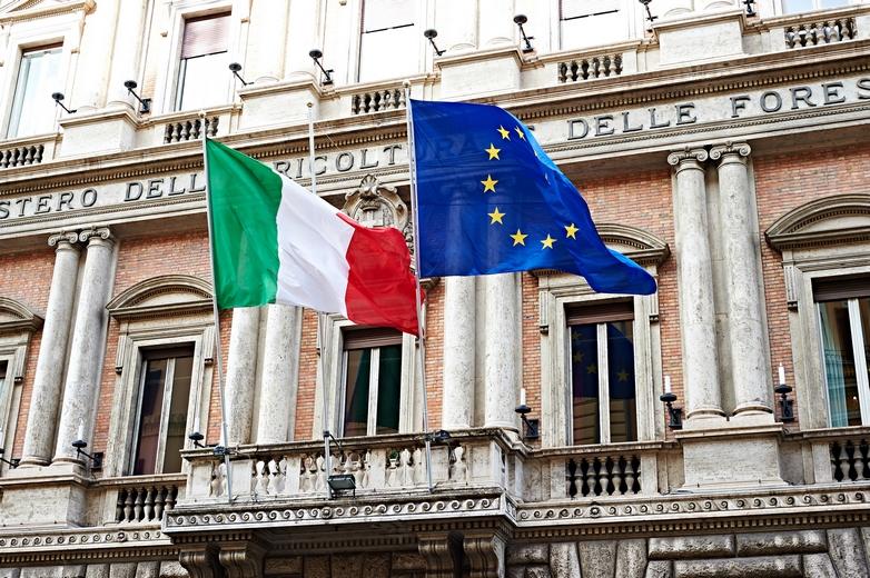 Drapeaux de l'Italie et de l'Union européenne - Crédits : sergeyryzhov / iStock