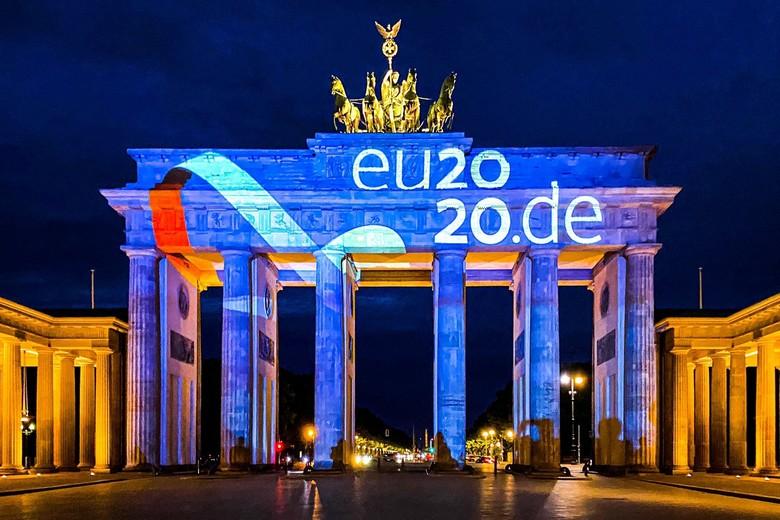 Pour marquer le début de la présidence allemande du Conseil de l'Union européenne, la porte de Brandebourg à Berlin s'est illuminée le soir du 30 juin aux couleurs de l'Europe