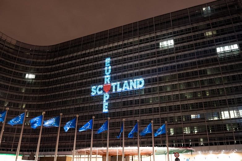 Le Parti national écossais (SNP) est à l'origine de cette projection diffusée le soir du Brexit, le 31 janvier, sur le bâtiment de la Commission européenne à Bruxelles - Crédits : compte Twitter @theSNP
