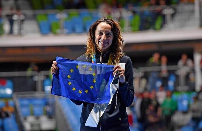 Elisa Di Francesca, avec le drapeau européen, aux JO de Rio