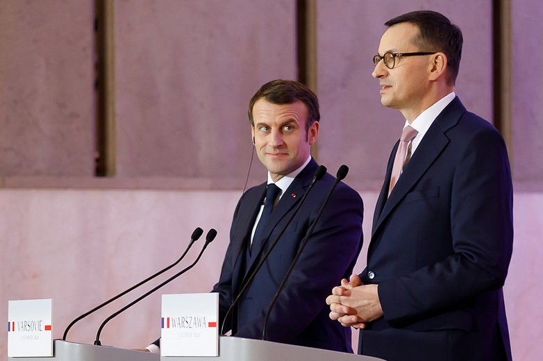 Après avoir rencontré successivement le président Andrzej Duda et le Premier ministre Mateusz Morawiecki (à droite sur la photo), Emmanuel Macron prononcera un discours devant des étudiants à Cracovie mardi 4 février - Crédits : Krystian Maj / Flickr  Kancelaria Premiera