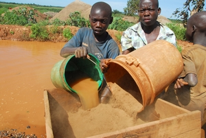 Enfants chercheurs d'or en Tanzanie