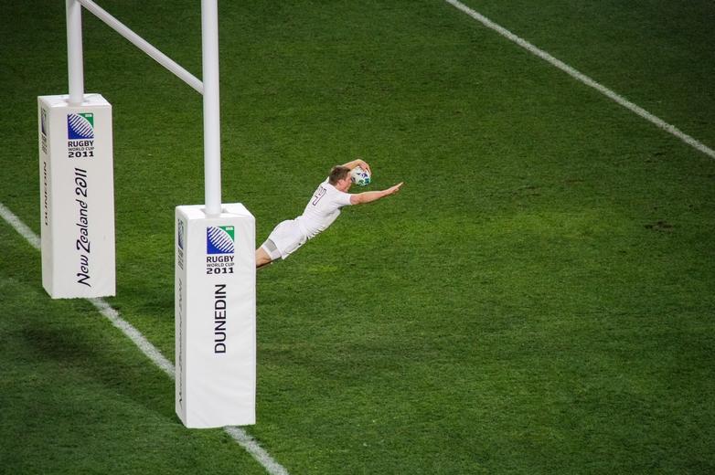 L'ailier anglais Chris Ashton marque l'essai dans le camp géorgien, pendant la coupe du monde 2011 en Nouvelle-Zélande. L'Angleterre sera éliminée par la France en quart de finale - Crédits : George Olcott / Flickr CC BY-NC 2.0