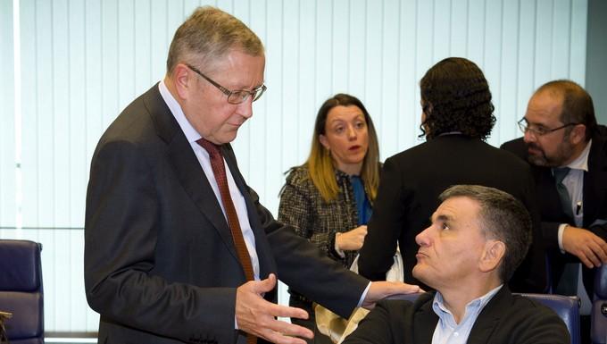 De gauche à droite, Klaus Regling, directeur du Mécanisme européen de stabilité, et Euclid Tsakalotos, Ministre grec des Finances