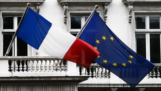 Drapeau français et drapeau européen