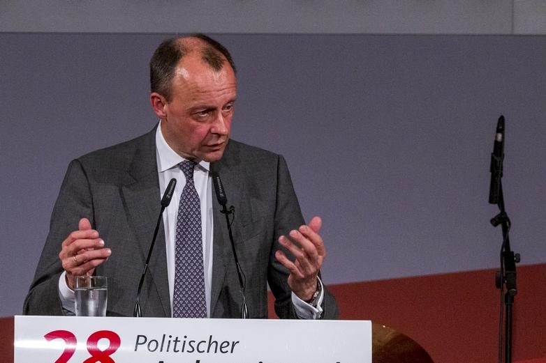 Friedrich Merz, candidat à la tête de la CDU, critique la politique d'ouverture des frontières menée en 2015 par Angela Merkel, et se pose en représentant de l'aile droite du parti, hostile à l'immigration - Crédits : Olaf Kosinsky / Wikimedia Commons CC BY-SA 3.0