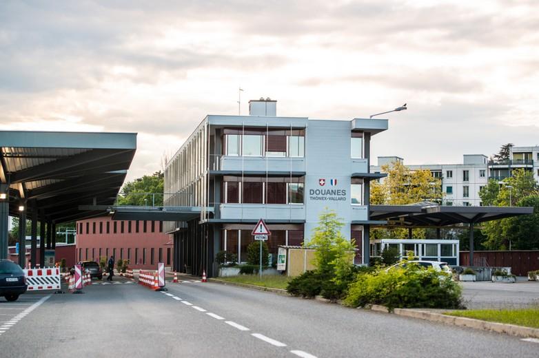 La frontière franco-suisse fait l'objet de contrôles très étroits depuis la propagation de la pandémie de COVID-19, notamment pour les travailleurs transfrontaliers - Crédits anouchka / istockphoto